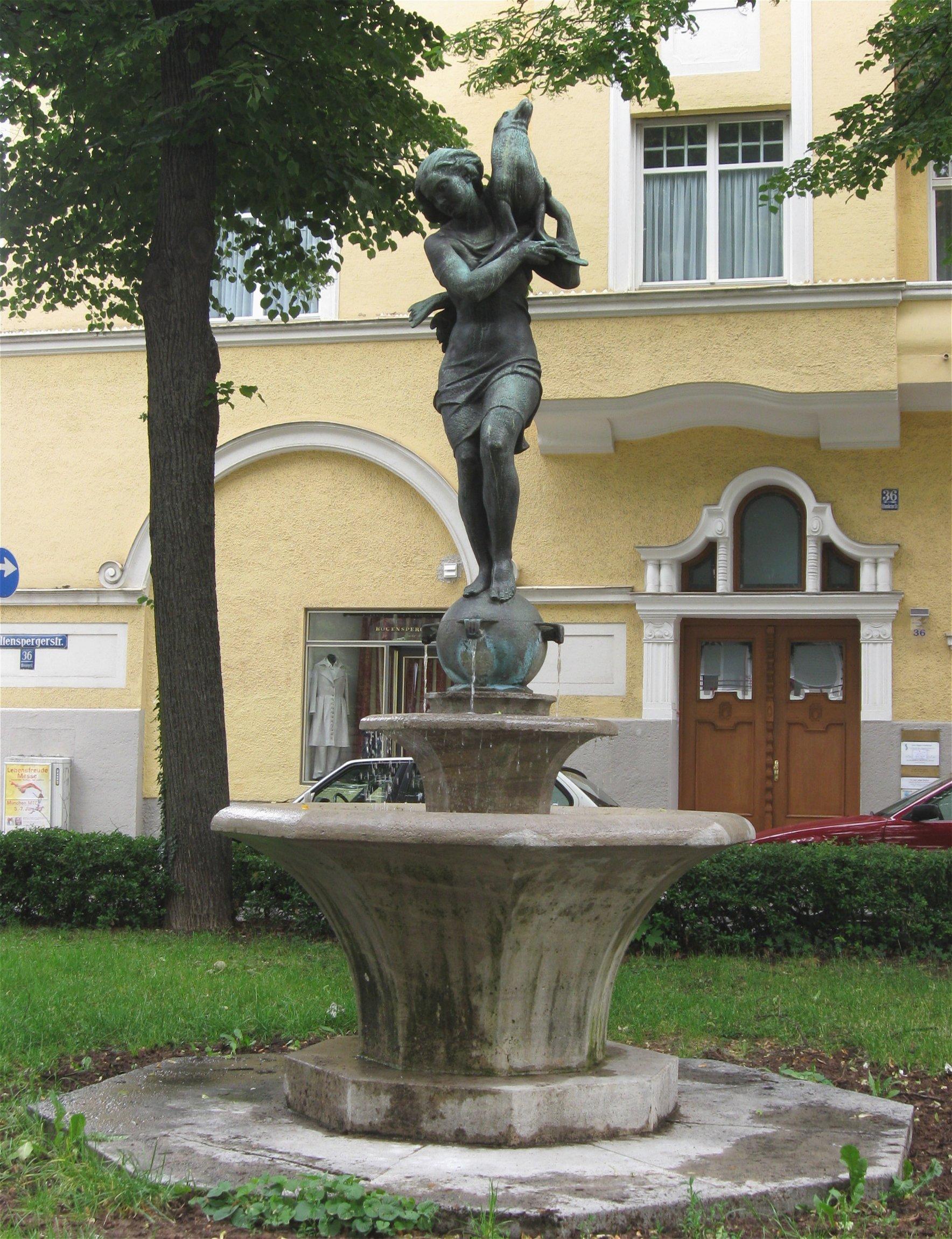 Brunnen_Maedchen_mit_Seehund_von_Ferdinand_Liebermann_1930_Muenchen_Hohenzollernplatz-1